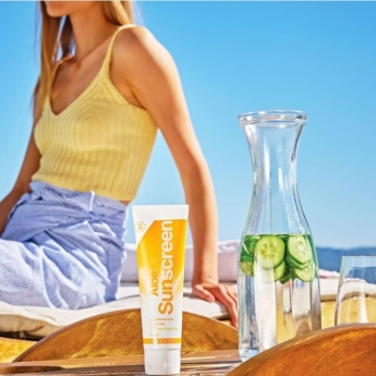 ضد آفتاب فوراور (با بیس آلوئه ورا،موثر در کاهش لک و حفظ رطوبت پوست) Aloe Sunscreen